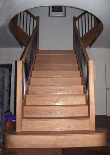 Oak T-shaped staircase - curved landing handrail